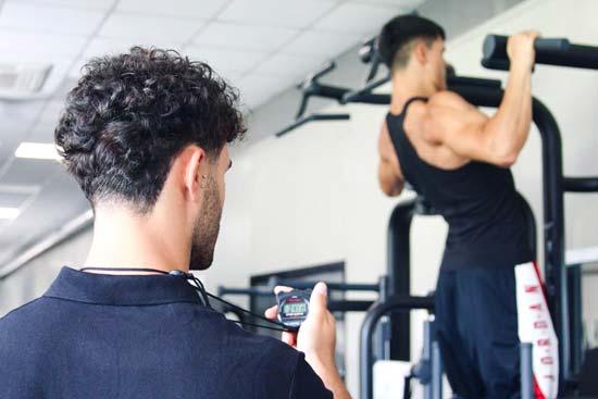 Foto di Cosimo Mugnai Carrara Personal trainer ad allenare un suo allievo in palestra