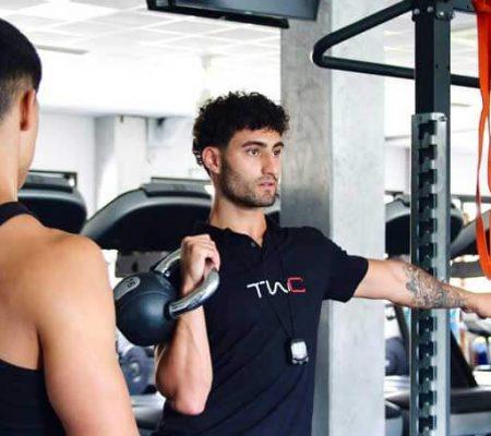 Foto di Cosimo Mugnai Carrara che mostra un esercizio ad un suo atleta