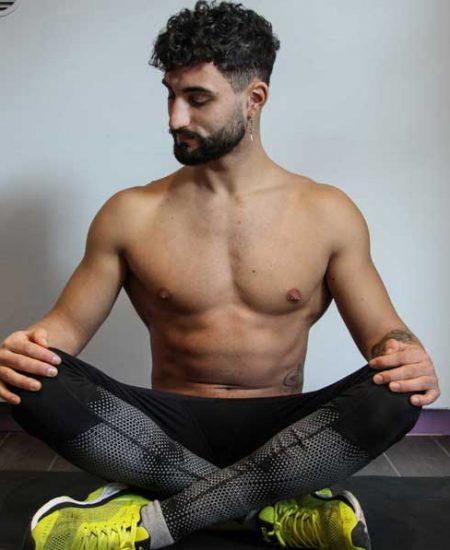 Foto di Cosimo Mugnai a sedere a meditare